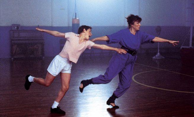Una scena tratta da Billy Elliot, in cui lui e l'insegnante Mrs. Wilkinson ballano
